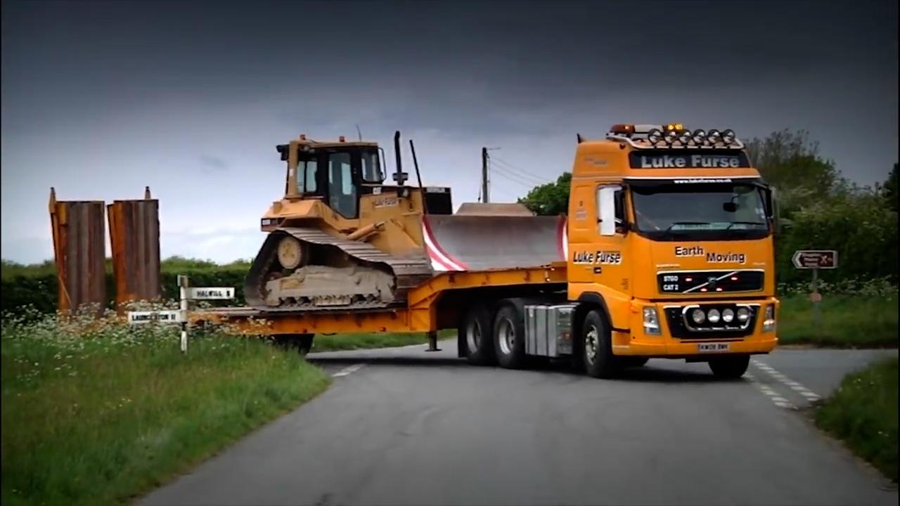 KEEP 'ER LIT - Luke Furse | Transporting CAT dozer with Volvo FH16 660